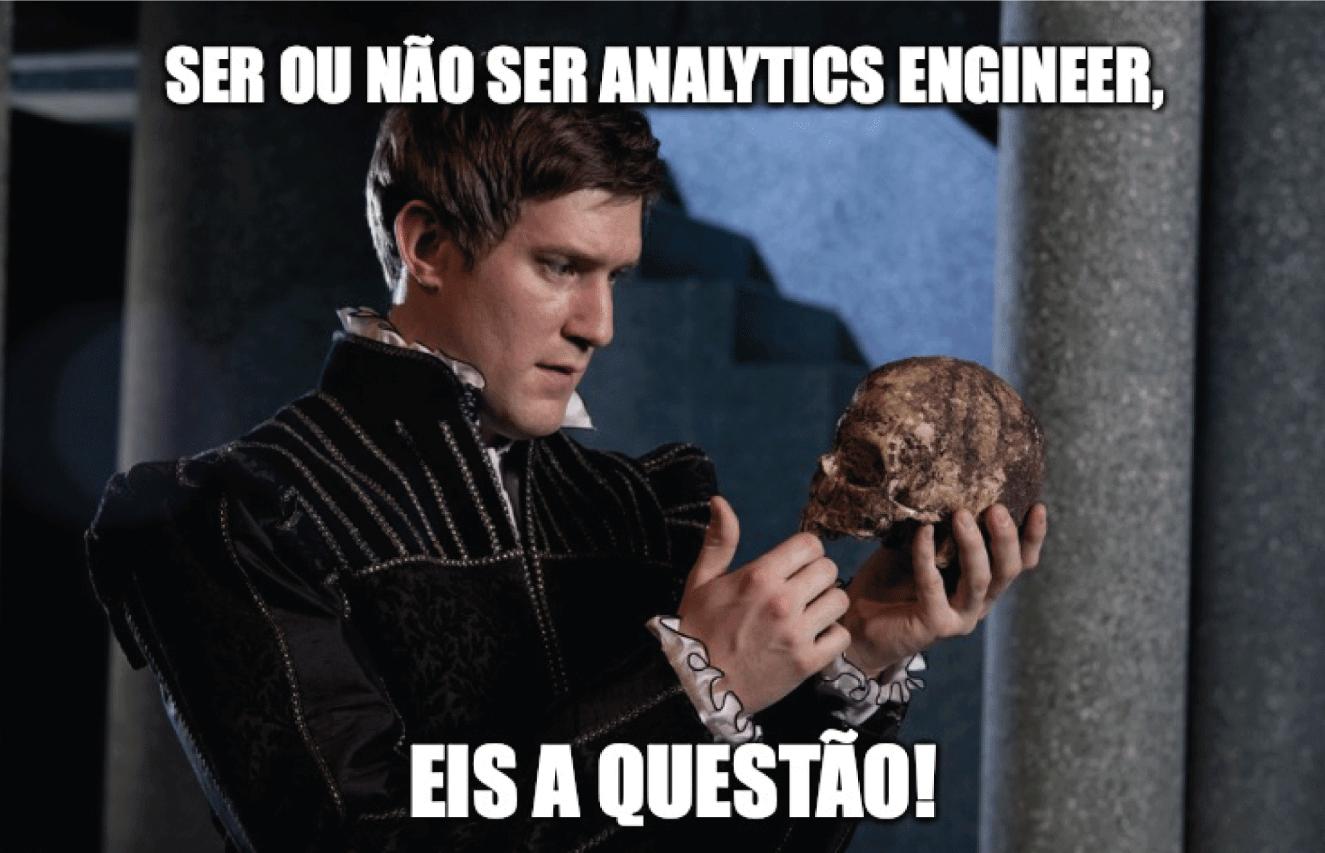 """Representação da tragédia Hamlet, de Shakespeare, com homem segurando um crânio e perguntando """"Ser ou não ser analytics engineer? Eis a questão!"""", após o texto abordar que analytics engineer deve dominar a língua inglesa."""