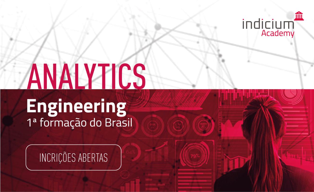 """Mulher em frente a um painel de visualização de dados em degradê nas cores branco a vermelho, onde se lê """"Analytics Engineering - 1ª Formação do Brasil. Inscrições abertas""""."""